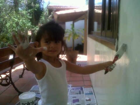 niña pequeña pintado la casa