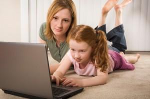 Mamá e hija ordenador