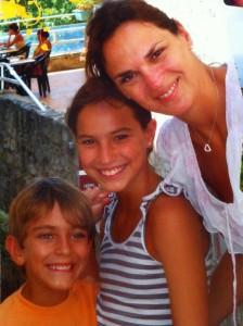Karina con sus hijos