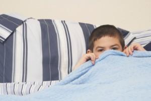 Niño en la cama sin dormir
