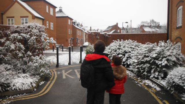 niños caminando al colegio con nieve