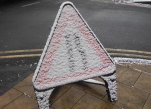 señal de tráfico cubierta por nieve