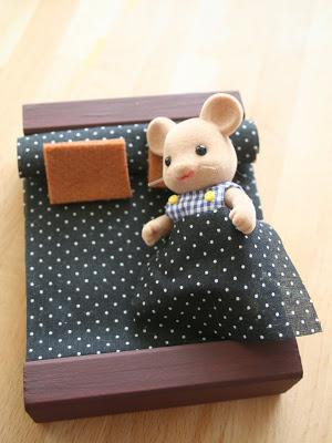 cama construida con bloques de madera