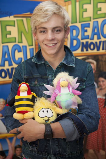 Brady de Teen Beach Movie y peluches de los pingüinos del Club Pengüin