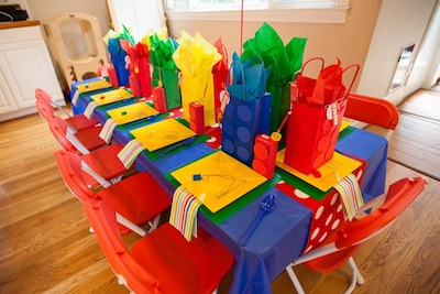 Fiesta cumpleaños LEGO Pelicula, mesa decorada para invitados