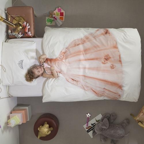 edredón infantil blanco con la imagen de un vestido de princesa rosa