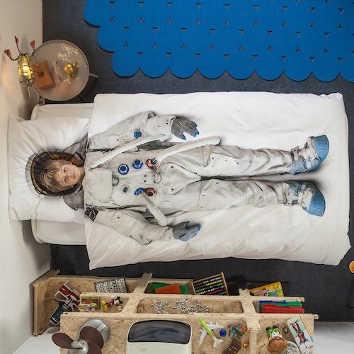 edredón infantil blanco con la forma de un astronauta