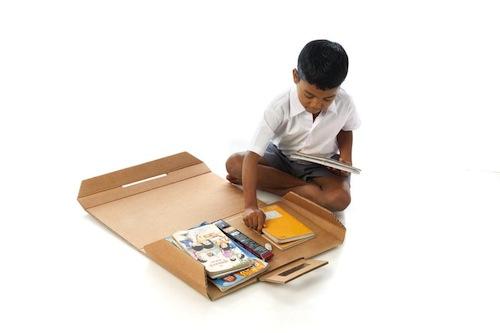 mochila escolar de cartón con cuadernos y lápices que se convierte en un escritorio de cartón