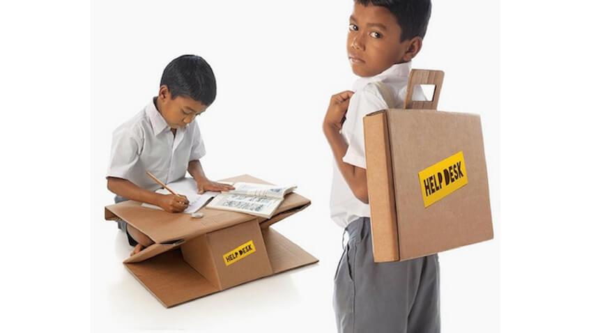 Mochila escolar de cartón que se transforma en mesa para niños de India