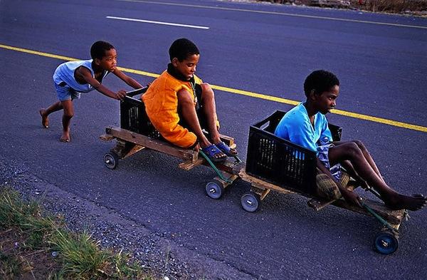 juego infantil niños jugando con coches hechos con cajas