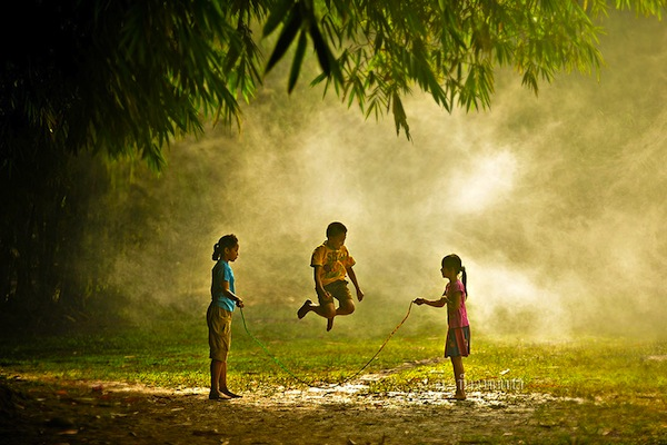 Niños jugando en Indonesia.