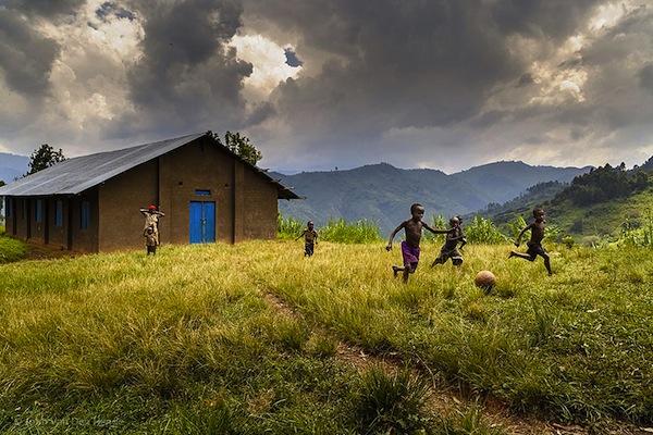 juego infantil niños jugando en uganda