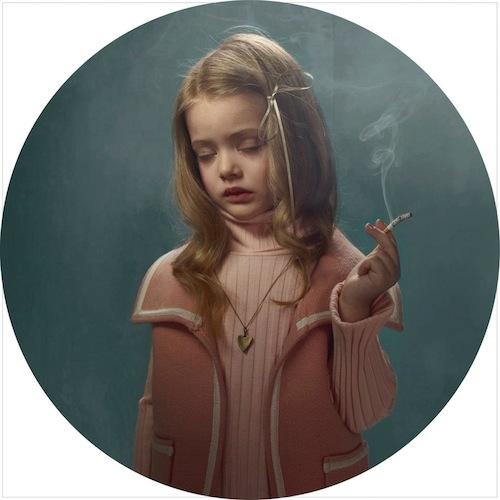 niños fumando niña vestida de rosa