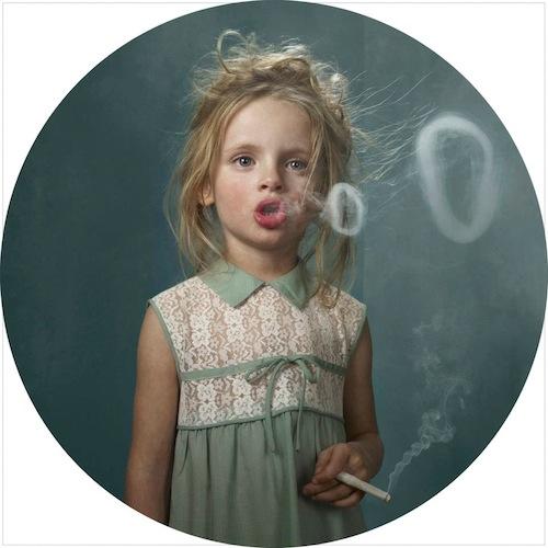 niños fumando niña rubia fumando un cigarrillo