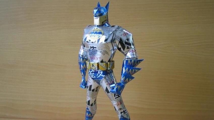 figura de batman hecha de material reciclado