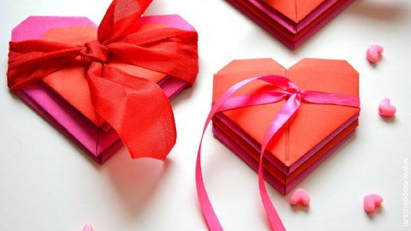Manualidad para hacer con niños en San Valentín corazones de origami