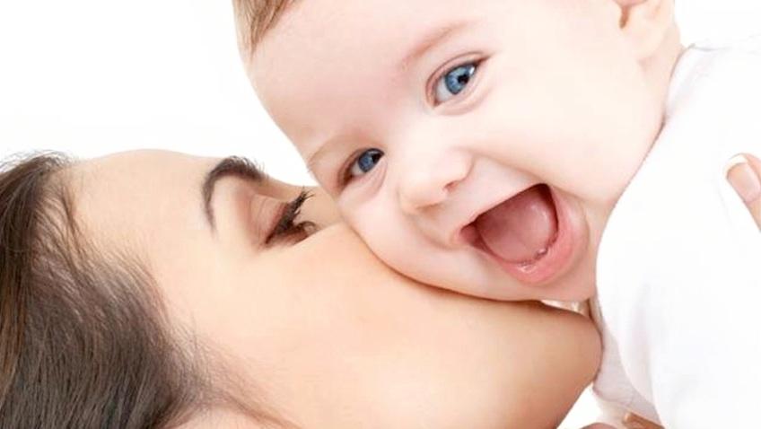 mama besando a bebe