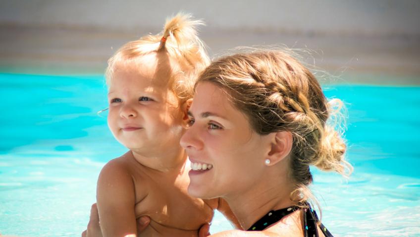 bebé mamá piscina
