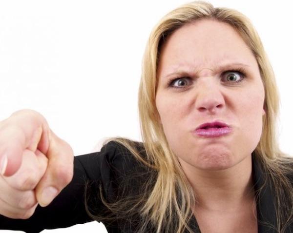 mujer gritando tu