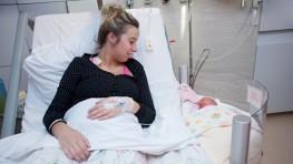 Cama de hospital con cuna para fomentar el apego inmediato entre la madre y su bebé