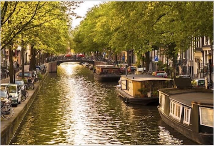 amsterdam canal con barcos