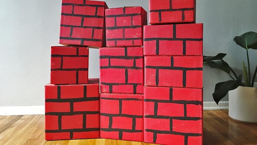 juguetes cajas de cartón pared superheroes