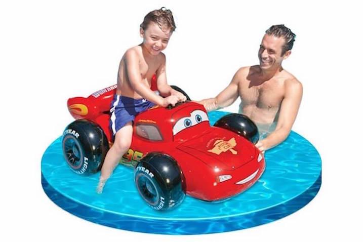 Colchoneta hinchable de Rayo McQueen para jugar en el agua