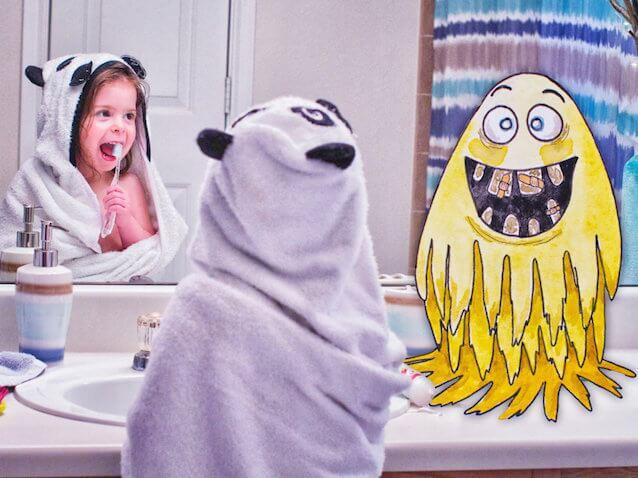 niña cepillandose los dientes con su amigo imaginario monstruo