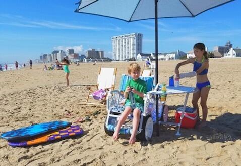 Carro de playa con mesa, silla y sombrilla