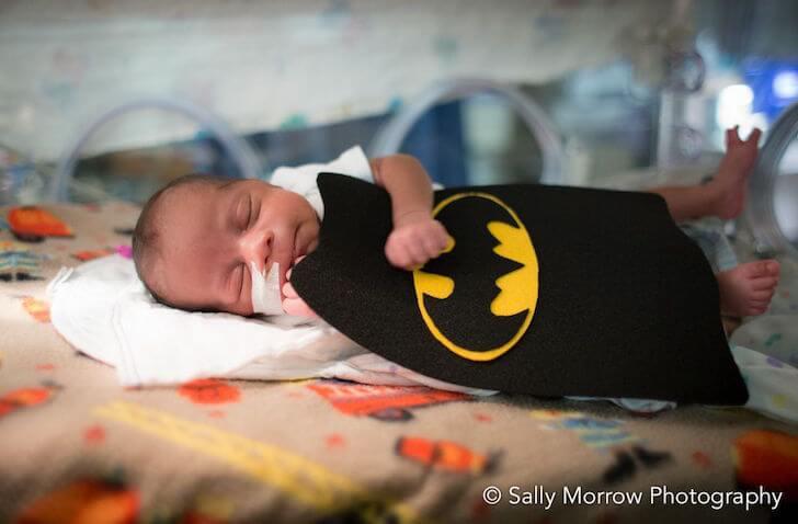 Bebé prematuro disfrazado de batman