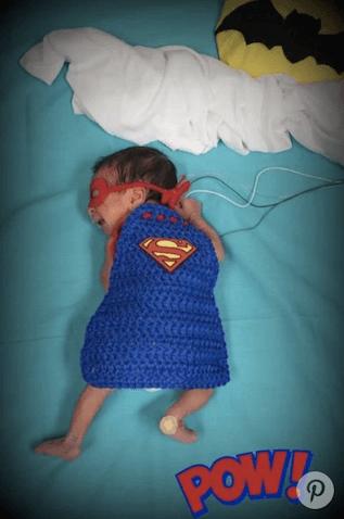 Bebé prematuro disfrazado de Superman