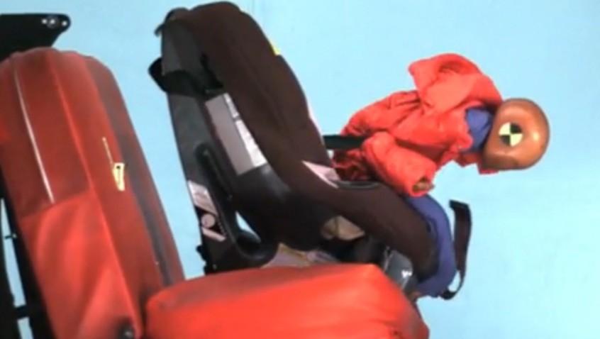 Cuidado con las sillas de coche infantiles y abrigos de invierno de los niñ@s