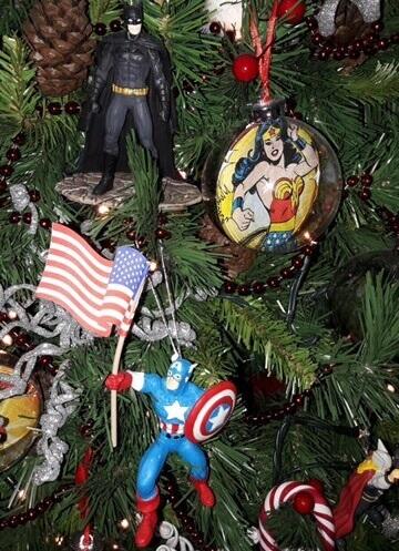 arbol de navidad decorado con superheroes