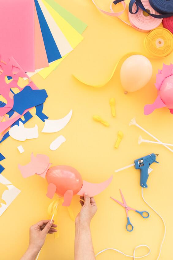 materiales para hacer globos de dinosaurios