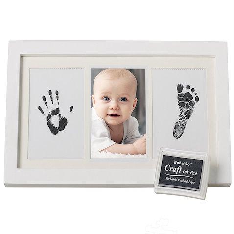 Marco de fotos con huella de manos y pies de bebé