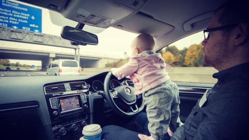 bebé conduciendo coche