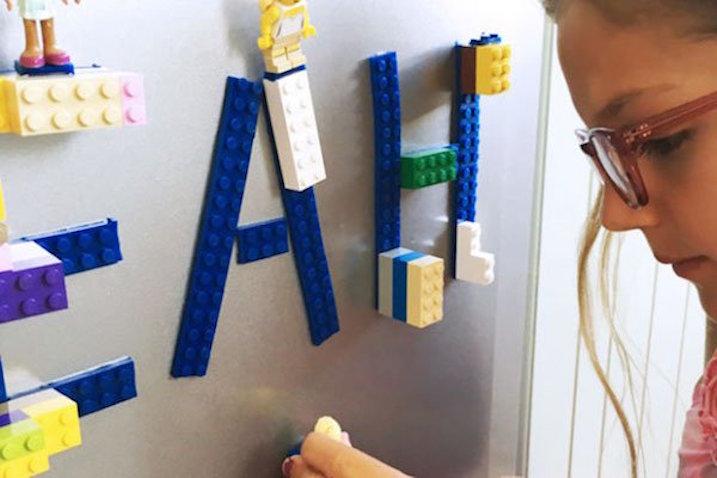 Cinta adhesiva de Lego sobre frigorífico