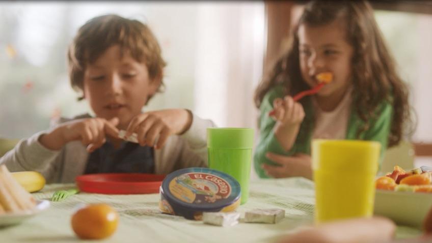 niños con merienda equilibrada con quesos el caserio con fruta