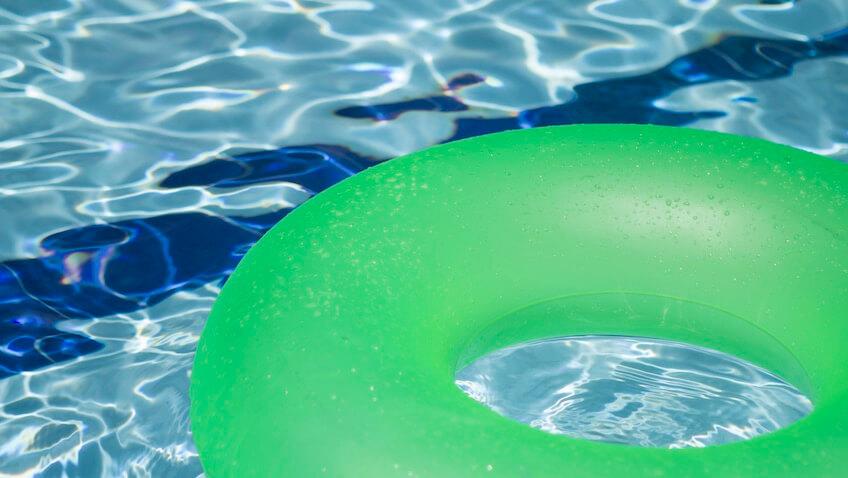 flotador verde en piscina verano