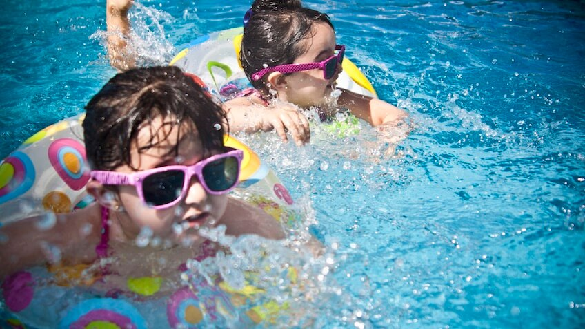 niñas nadando en piscina