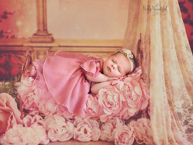 Foto bebé recién nacida vestida de Aurora Princesa Disney