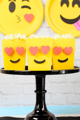 Cajas de palomitas de Emojis para la mesa principal de una fiesta