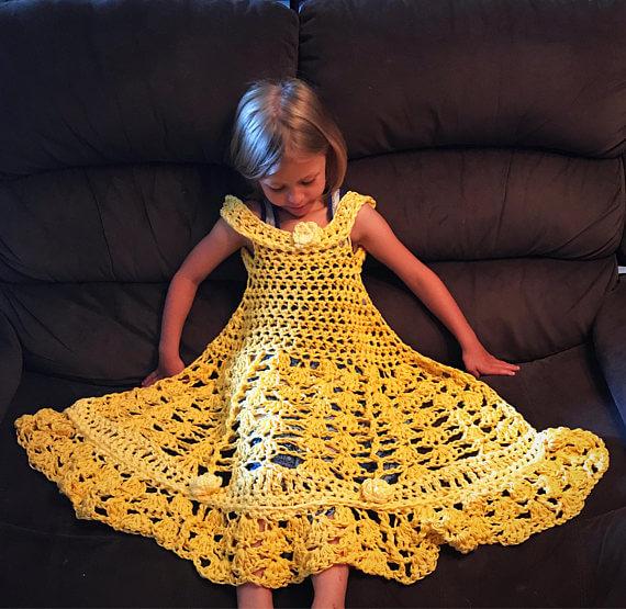 Manta de vestido de Bella de las Princesas Disney hecha de ganchillo