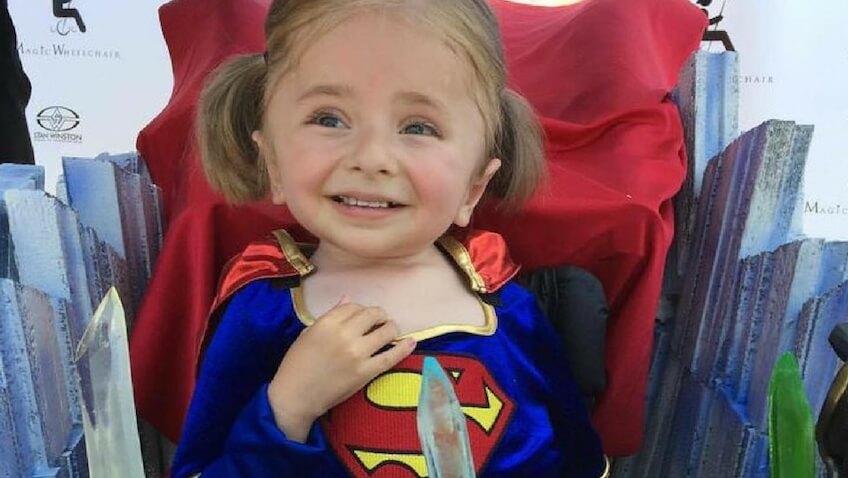 niña en silla de ruedas infantil disfrazada se superman