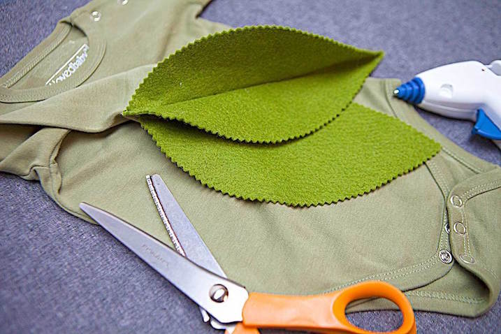 disfraz bebé casero de flor hojas verdes