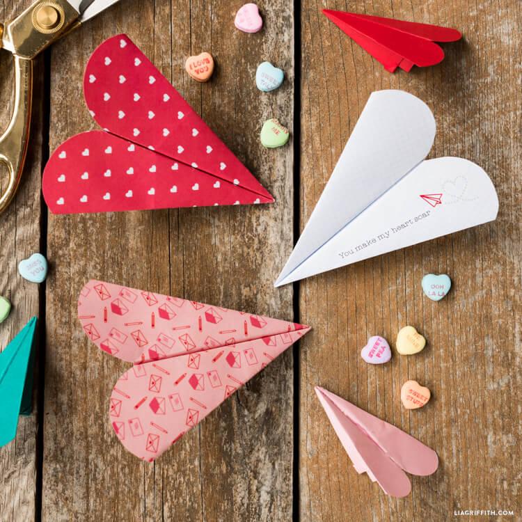 Aviones de papel con forma de corazón, una manualidad para San Valentín fácil para niños