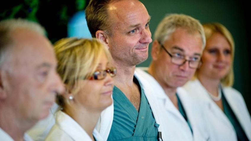 Equipo médico que realizó el primer transplante de útero en Suecia