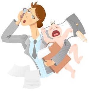 Madre trabajadora con bebé en brazos y hablando por teléfono
