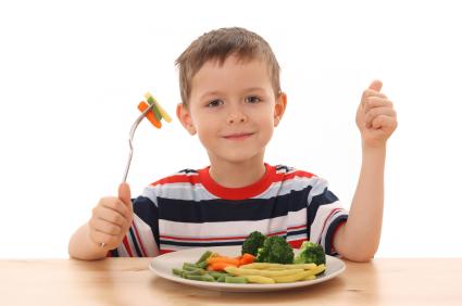 niño cenando vegetales
