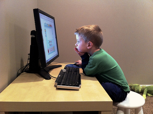 niño navegando en internet